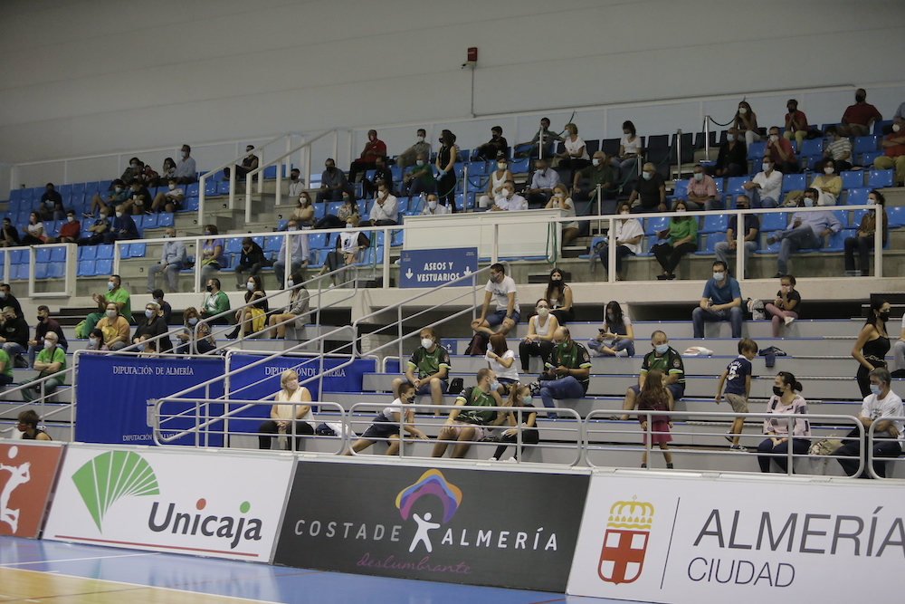Ovación de Unicaja Almería a su afición por abrir camino